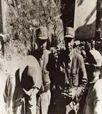黄杰将军(右二)长官部炮兵总指挥邵伯昌(左二)、美军顾问司徒德(左)共同研究步、跑、空协调作战方案